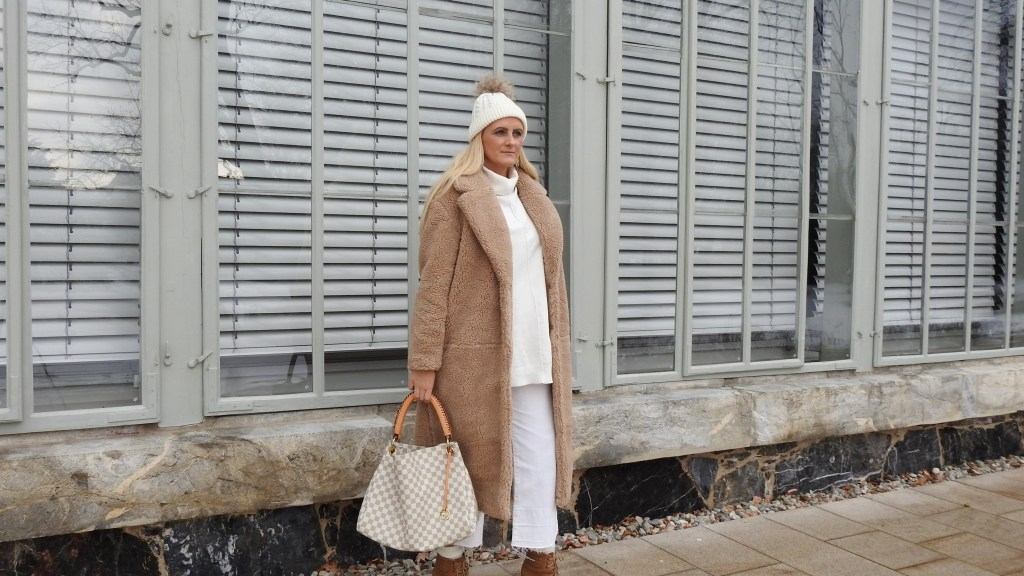 Teddycoat-Winterlook-Allinwhite-Louis-Vuitton-Bag-Swarovski-Earrings-White-Culottes-carrieslifestyle