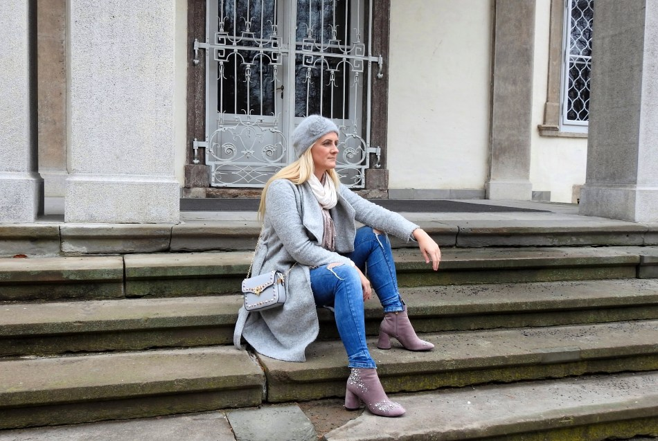 Grey-Coat-Studs-Boots-Studded-Bag-Denim-Rosa-Pink-carrieslifestyle-Tamara-Prutsch-Schal