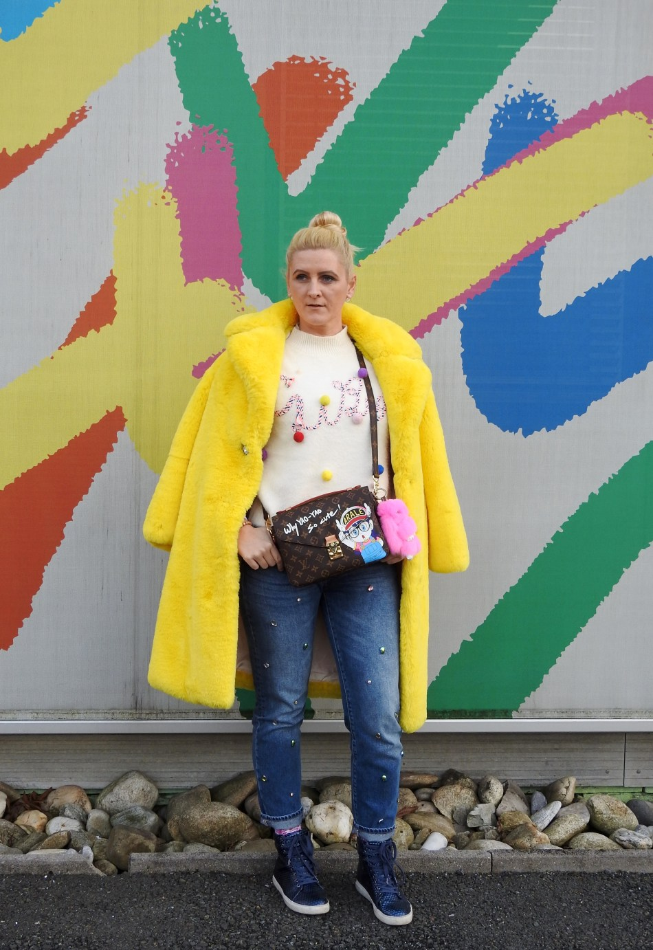 Yellow-Fakefur-Coat-Denim-Studs-Sneakers-Pompom-Sweater-Louis-Vuitton-Bag-carrieslifestyle-Tamara-Prutsch