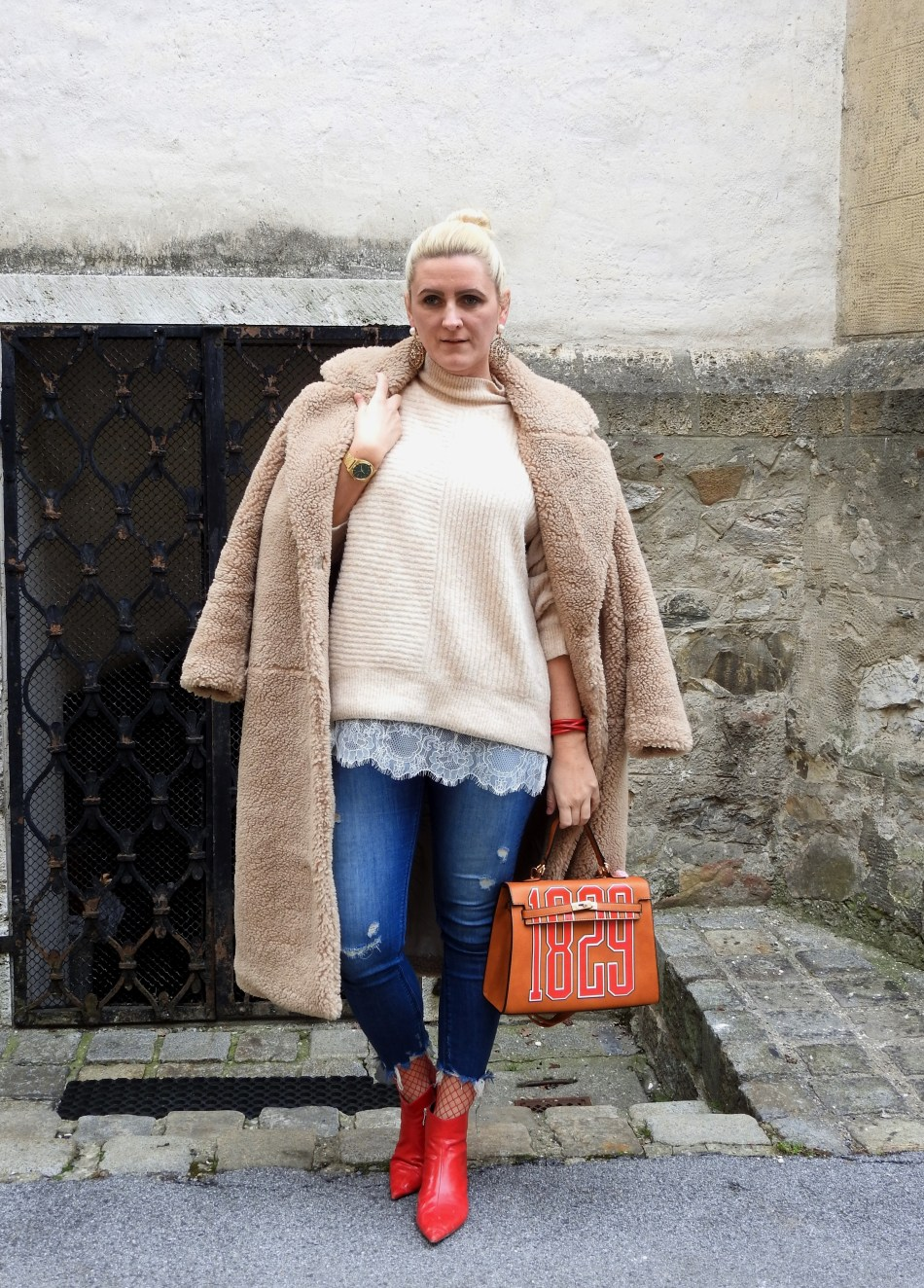 Teddycoat-H&M-Red-Boots-Fishnet-Stockings-Denim-Romwe-Bag-Beige-carrieslifestyle-Tamara-Prutsch