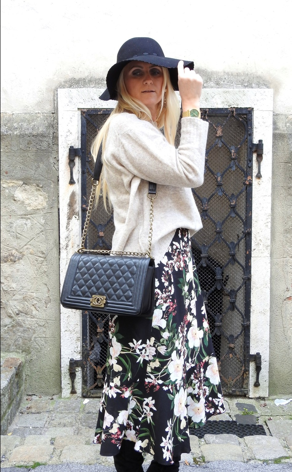 Floralprint-Blumenprint-Wickelrock-Skirt-Overknees-Boots-Chanel-Bag-carrieslifestyle-Tamara-Prutsch-Beige-Sweater