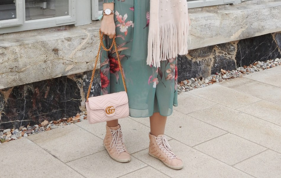 Floral-Print-Dress-Studded-Sneakers-Springlook-pink-scarf-pearls-carrieslifestyle-Tamara-Prutsch