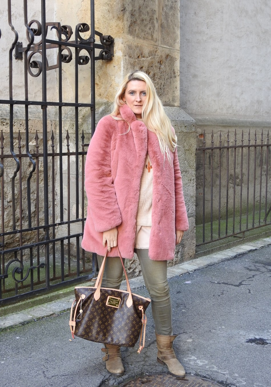 Fakefur-Coat-Pink-Fur-Louis-Vuitton-Bag-Booties-khaki-Denim-carrieslifestyle-Tamara-Prutsch-Winter-Snow