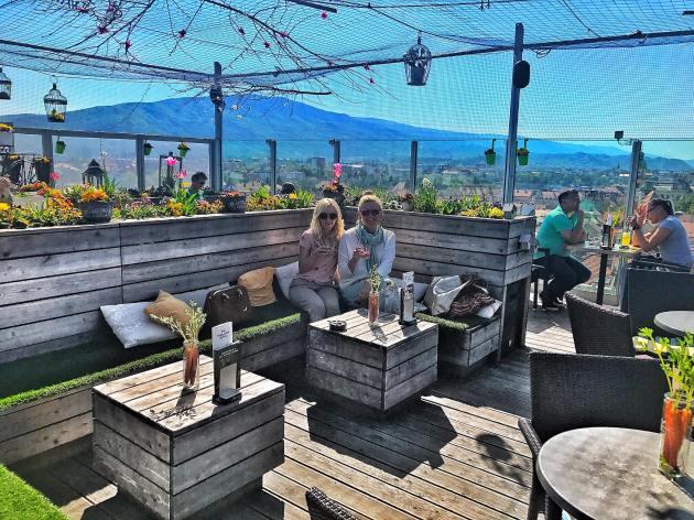 Rooftopbar-Luft360-maribor-Marburg-Slowenien-Floralprint-Blumenprint-Rock-Skirt-Converse-Frühling-Spring-Vibes-carrieslifestyle-Tamara-Prutsch