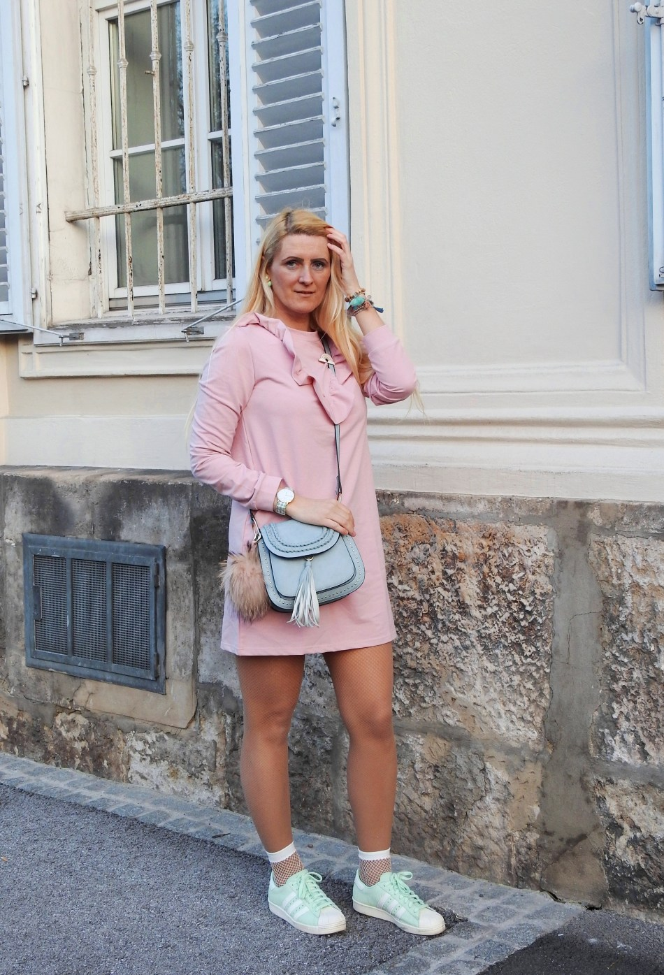 Pastellfarben-Rose-Pink-Dress-Sweatshirtkleid-Chloe-Bag-Sneakers-Adidas-Superstar-Plante-Sports-Spring-Look-carrieslifestyle-Tamara-Prutsch