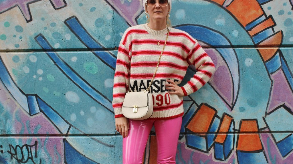 weiße-Stiefletten-Boots-Marseille-Sweater-Asos-Lackhose-Patent-Leather-Pants-Pink-carrieslifestyle-Tamara-PRutsch