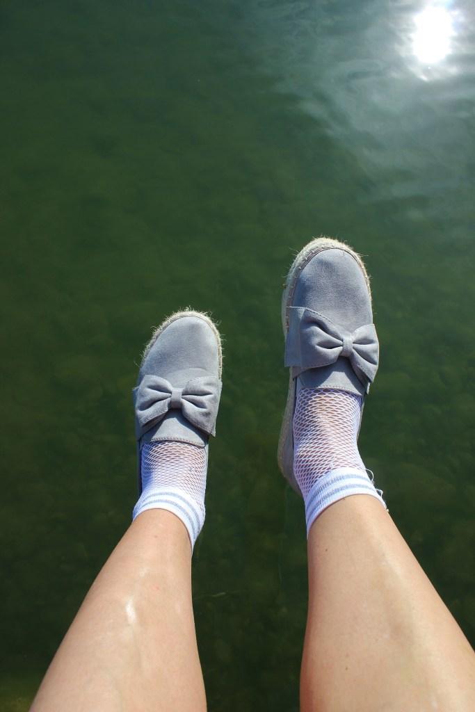 Wer im Sommer keine Lust hat, Sandalen oder Sneaker zu tragen, greift am besten zu Espadrilles. Die leichten Sommerschuhe, deren Markenzeichen die aus Gräsern geknüpfte Sohle ist, präsentieren sich diesen Sommer so vielseitig wie nie: Ob traditionell aus Leinen, als Edelvariante aus Leder, unifarben oder bunt, flach oder mit Keilabsatz – in den Onlineshops ist garantiert für jeden Geschmack etwas dabei. Unsere Favoriten