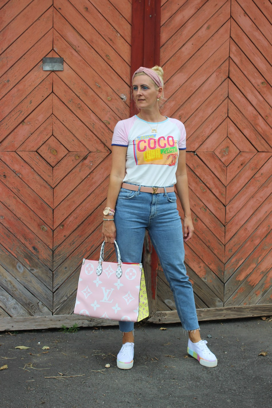 Denim-Jeans-Superga-Plateau-Sneakers-Louis-Vuitton-Onthego-Bag-Chanel-Shirt-Haarreifen-Trend-carrieslifestyle-Tamara-Prutsch