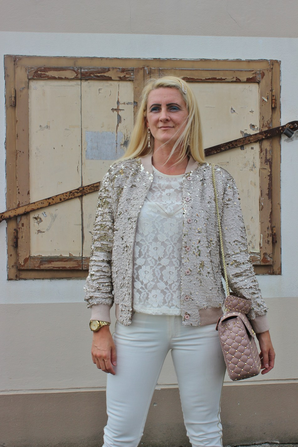 Pailletten-Bomberjacke-Strappy-Heels-Allinwhite-Valentino-Rockstud-Bag-carrieslifestyle-Tamara-Prutsch-Lace-Top
