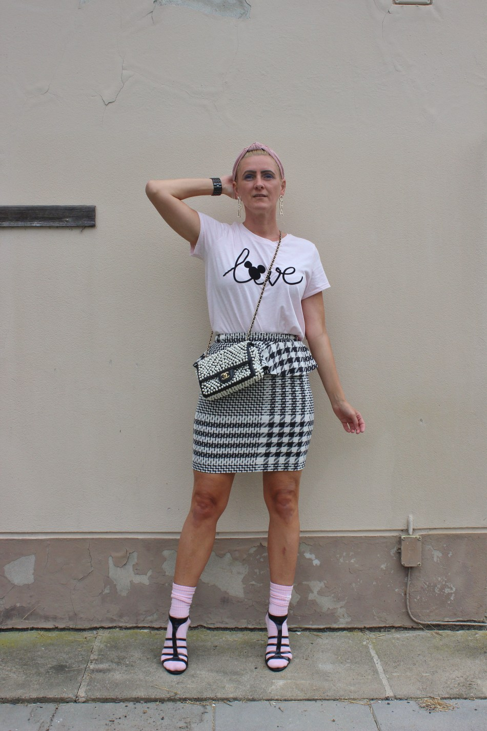 Bloggerparade-Hahnentritt-Muster-Pensilskirt-Fashionsocks-Tennissocken-cool-Perlentasche-Chanel-Disney-T-Shirt-carrieslifestyle-Tamara-Prutsch