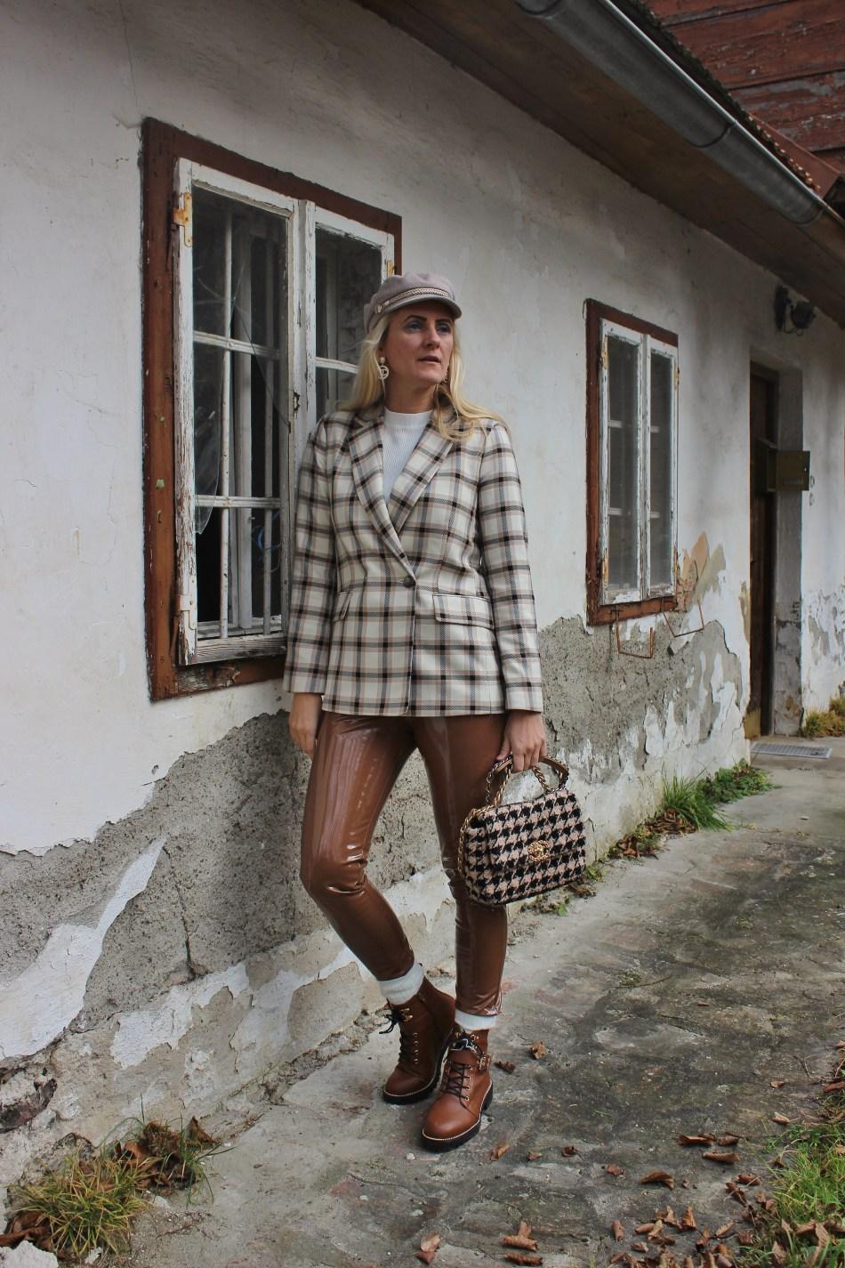 Karo-Hahnentritt-Lackhose-Patend-Leather-Pants-carrieslifestyle-Tamara-Prutsch