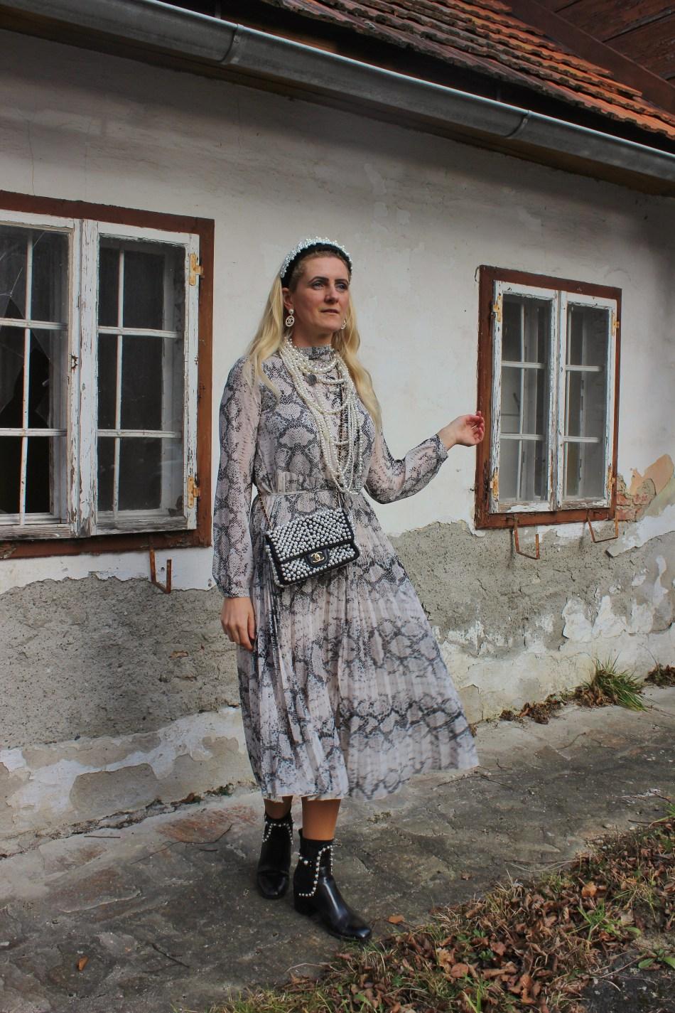 Snakeprint-Dress-Pearls-Boots-Zara-Chanel-Pearlbag-carrieslifestyle-Tamara-Prutsch