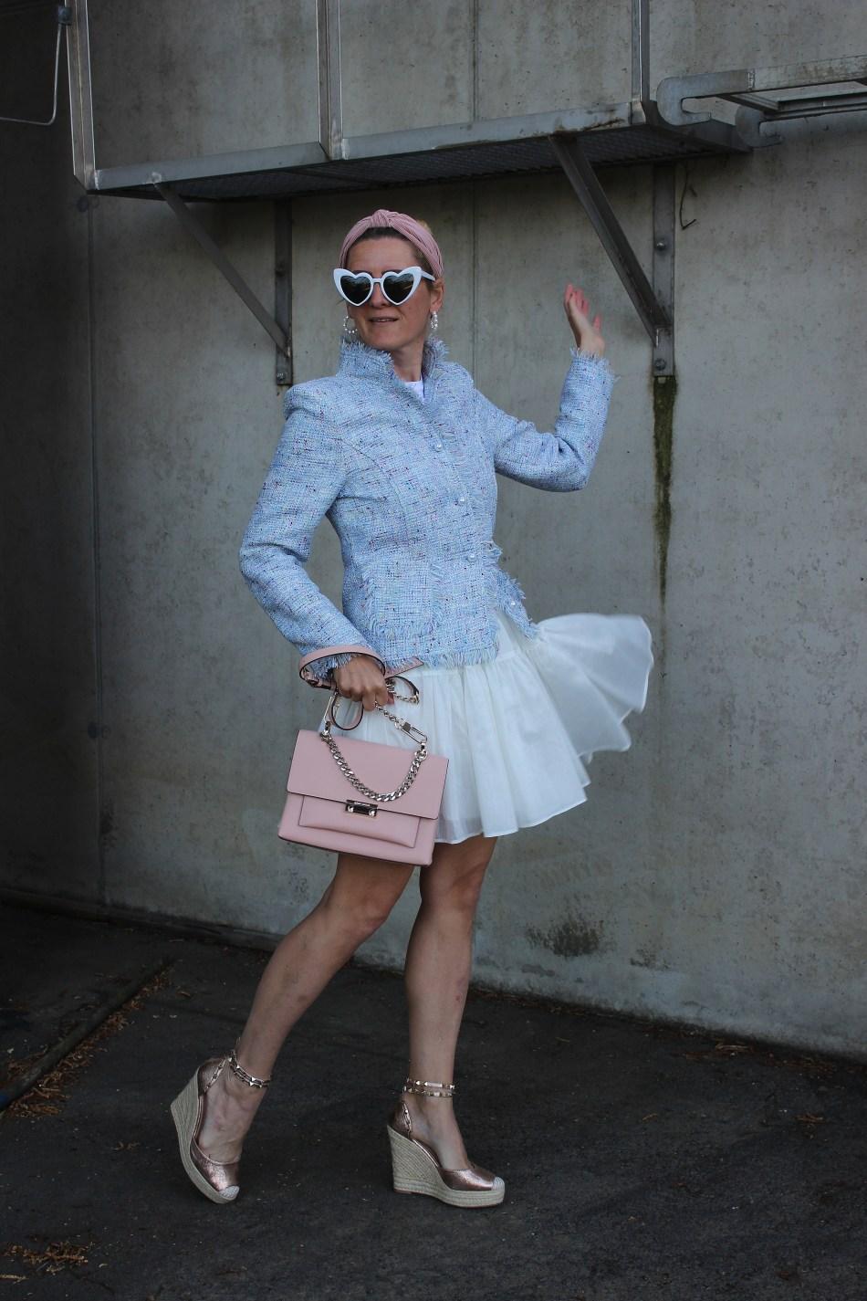 Tweedheart-Fashion-Tweed-Blazer-Hellblau-Sandalen-CCC Shoes and Bags-YSL-Sunglasses-Sommerlook-carrieslifestyle-Tamara-Prutsch