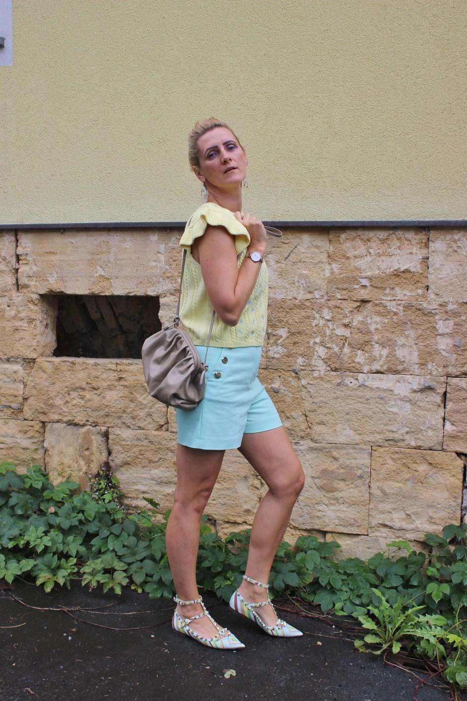 Häkel-Strick-Trends 2020-Handarbeit-Trendblogger-Shorts Mint Zara- Valentino Rockstud Sandalen-Bottega Veneta Tasche-Look Alike-carrieslifestyle-Tamara Prutsch