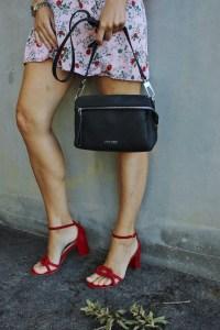 Rote Sandalen- CCC Shoes and Bags- Tasche Gino Rossi Schwarz-Jeansjacke-Blumenprintkleid-carrieslifestyle-Tamara Prutsch