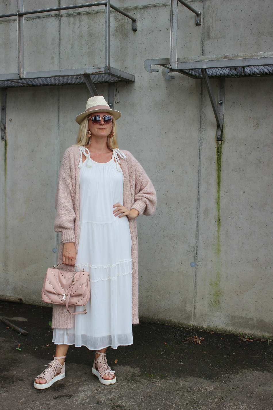 Vero Moda-Bestseller-Weißes Maxikleid-Sandalen Nieten-Valentino Rockstud Bag-Zara Nieten rosa Tasche-Tamara Prutsch-carrieslifestyle