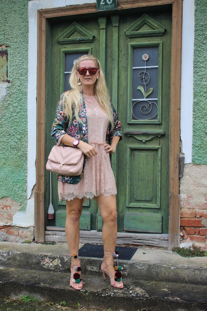 Blumenprint Blazer Trends-Trendblogger 2020-carrieslifestyle-Spitzenkleid Rose-Lacedress Rose-Pom Pom Sandals
