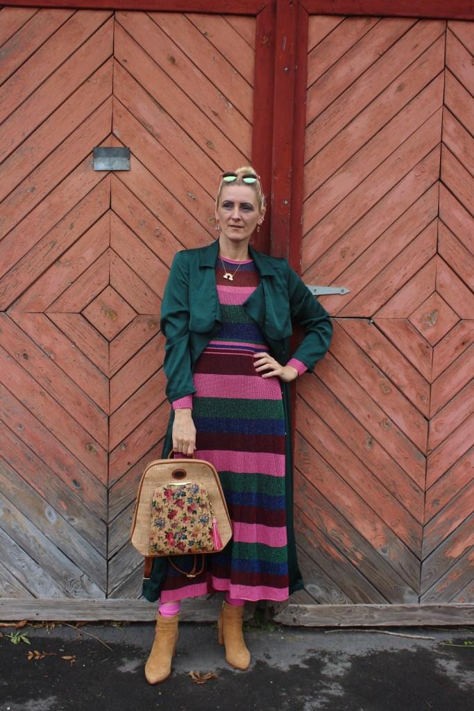 Alles Kork-Taschen aus Kork-Rucksack aus Kork-Herbstlook- CCC Shoes and Bags-carrieslifestyle-Tamara Prutsch-Gestreiftes Zara Kleid-Dunkelgrüner Langer Mantel