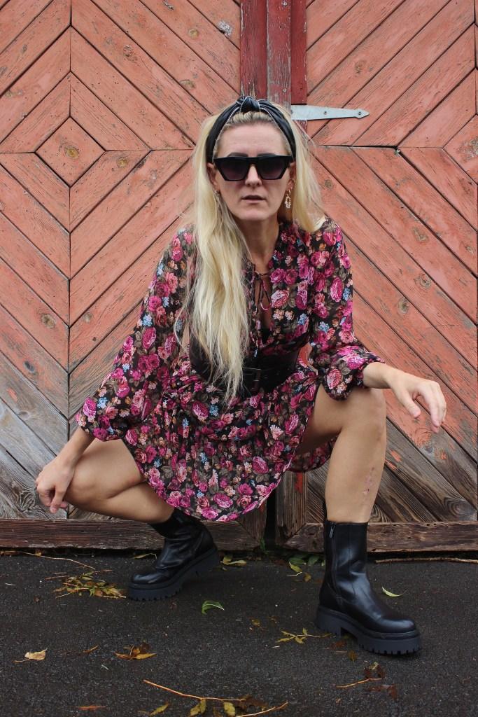 Blumenprintkleid Stradivarius-Bottega Veneta Boots-Chucky Boots-Chelsea Boots-CCC Shoes and Bags-Jenny Fairy Boots-Falllook-Herbstlook-carrieslifestyle-Tamara Prutsch