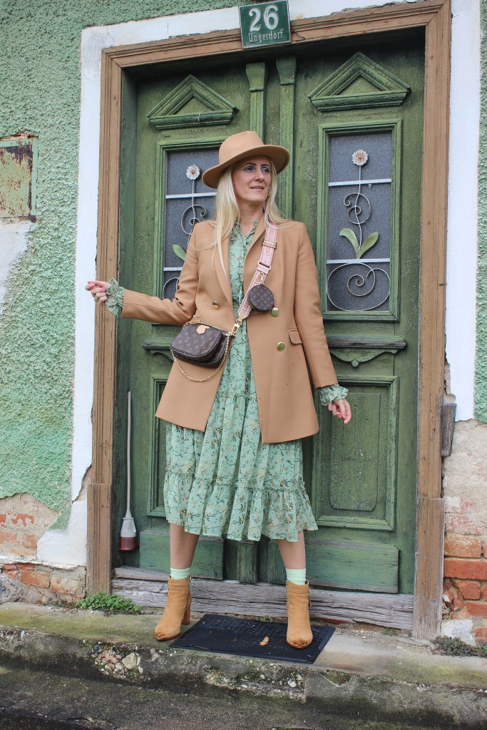 Grünes Midi Blumenprintkleid Nakd Fashion-Cognac Farbige Boots CCC Shoes and Bags-Lasocki Boots-Cognac Blazer-Louis Vuitton Bag-carrieslifestyle-Tamara Prutsch