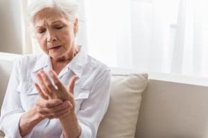 lady experiencing hand pain