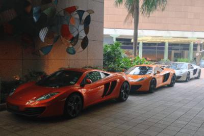 3x McLaren MP4. Singapore street scene