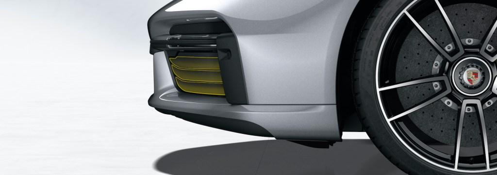 911 Turbo S: Porsche Active Aerodynamics (PAA): cooling air flaps closed