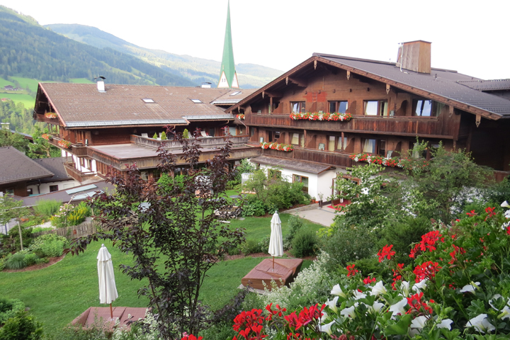 El elegante patio del Romantik Hotel Boglerhof desde la habitación