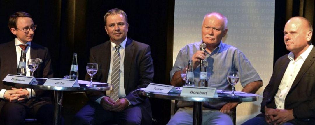 Jochen Alexander Hoffmann (von links), Michael Ziche, Mathias Tullner und Carsten Borchert baten das Publikum um Diskussionsbeiträge. Doch dieses schien lieber zuzuhören. Fotos: Oliver Becker