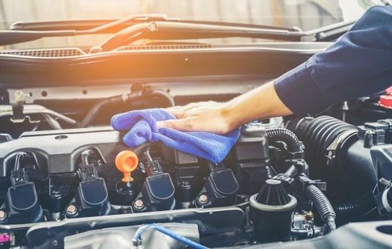 Cara Membersihkan Kompartemen Mesin Mobil yang Mudah