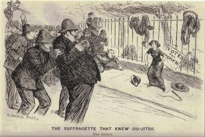 A imagem mostra Edith Margaret Garrud (1872–1971), uma das primeiras instrutoras ocidentais do Jiu-Jitsu, resistindo bravamente à prisão ao lutar pelo direito das mulheres de votar. Gravura de Arthur Wallis Mills, publicado originalmente em 1910 na revista Punch e em The Wanganui Chronicle.