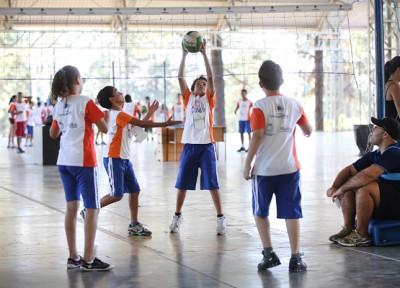 Estudantes brincam em escola pública de Campinas