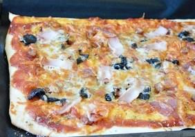 Pizza cu sunca, masline si ciuperci