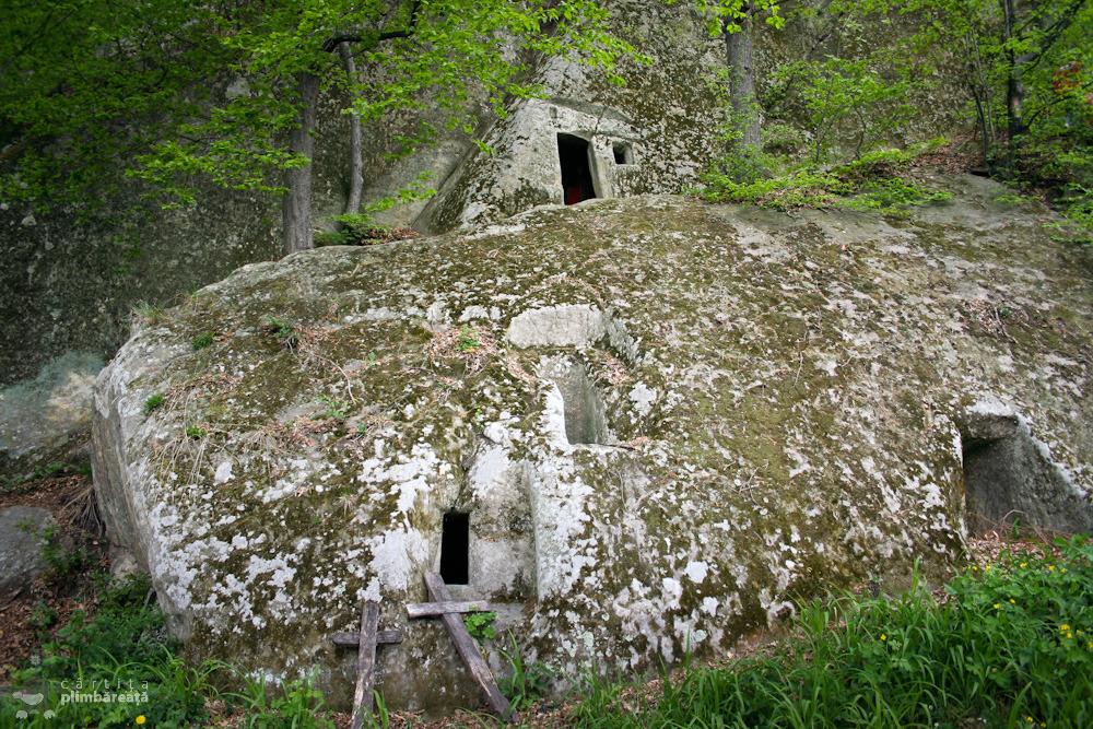 Chiliile sapate in stanca - Biserica rupestra Alunis - judetul Buzau