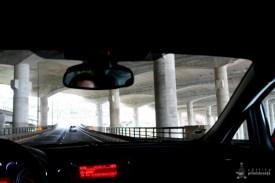 Soseaua trece pe sub pista aeroportului din Funchal. Inginerie curata.