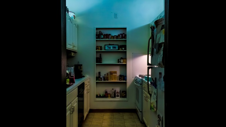 De noche suena el refrigerador