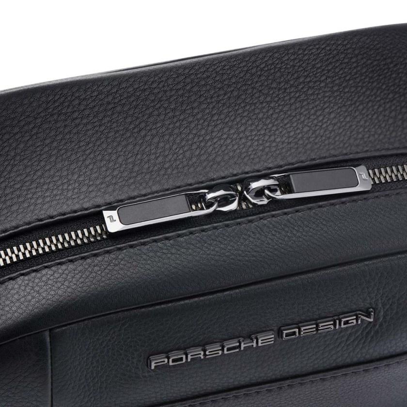 Porsche Design - Roadster Beauty Case in pelle - Cartoleria Rossi Mantova dal 1927 - Nécessaire di design da uomo classico con divisione funzionale. Design esclusivo e moderno in pelle di vitello goffrata con logo Porsche Design.