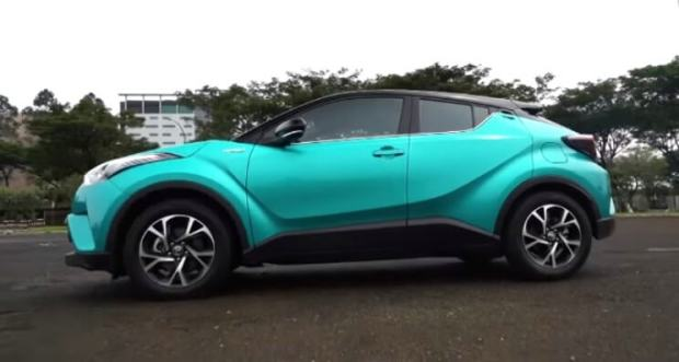 Perbedaan Toyota C-HR Hybrid - Tampak Samping