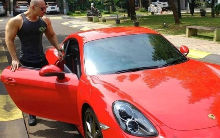 Deddy Corbuzier dengan Porsche Cayman