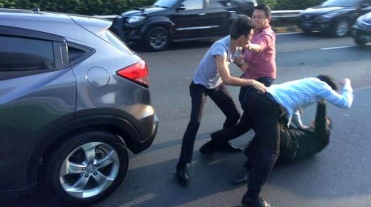 Kelakuan Pengendara yang Buruk - Adu Jotos di Jalanan
