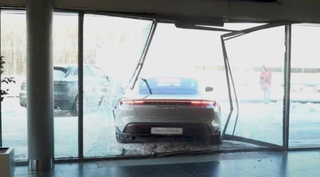 Mikhail Litvin Hancurkan Porsche Taycan Barunya demi Konten YouTube