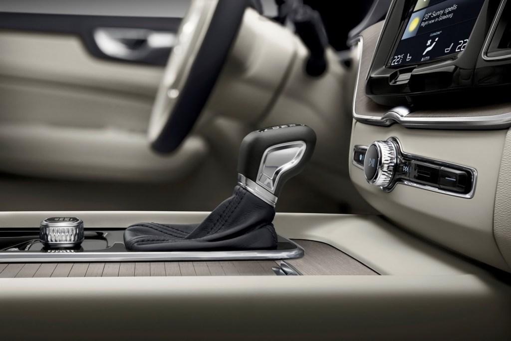 ボルボ新型XC60の内装レビュー!縦型大型ディスプレイが超絶かっこいい。。大人ゴージャスな空間に酔いしれる・・