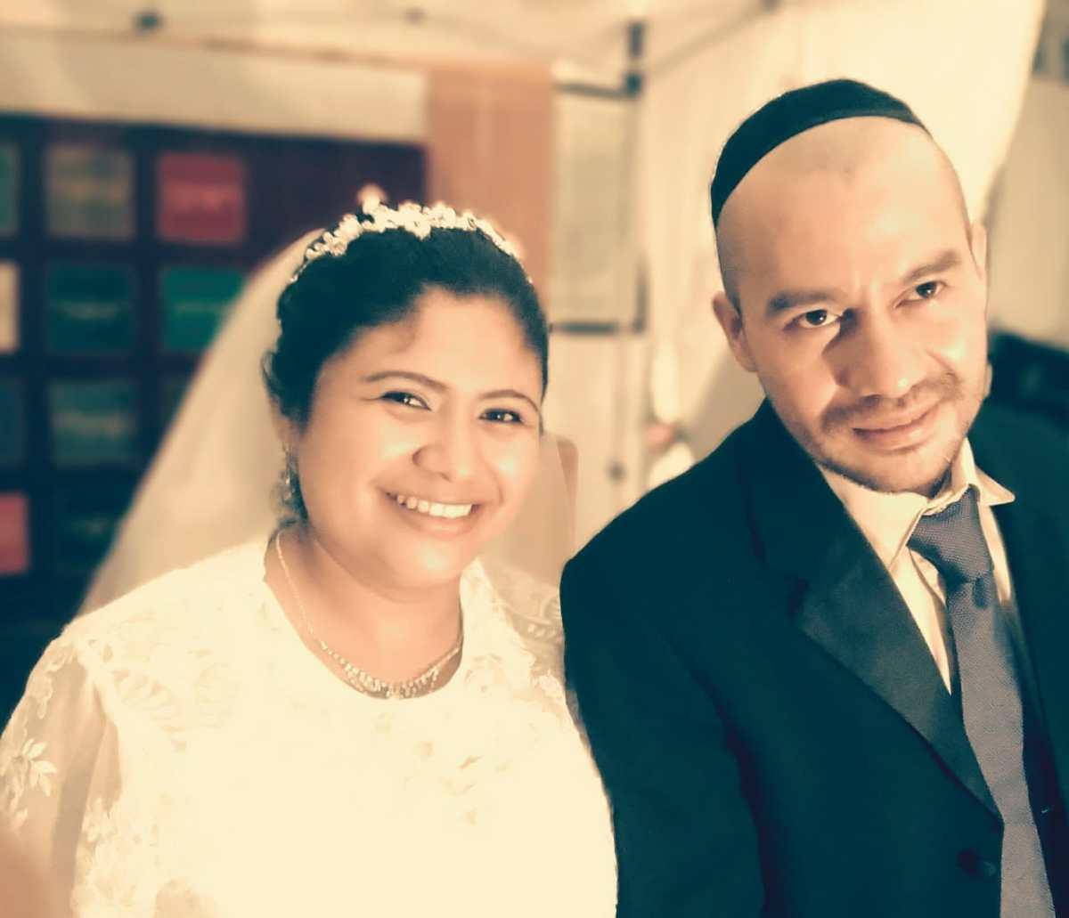 El emisario de Shavei Israel dirige su primera boda en El Salvador.