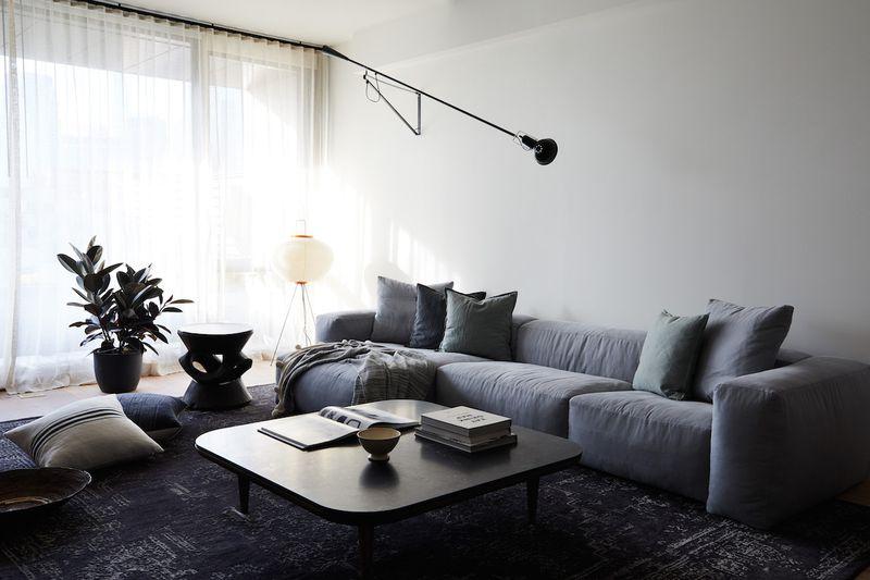 """<span style=""""font-weight: 400"""">Não é necessário remodelar o espaço para construir uma sala de estar com o design. Algumas peças marcantes, como uma mesa elegante e uma luminária de metal, podem proporcionar uma sensação mais industrial. Misture alguns achados no estilo com os itens que você já possui e mantenha sua sala aconchegante e elegante. Ou trabalhe aos poucos para que todo o ambiente siga a tendência.</span>"""