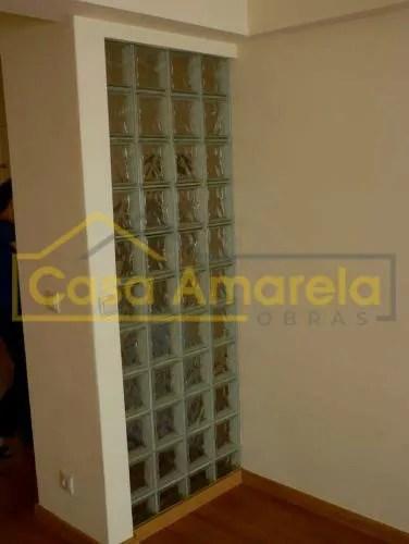 Remodelação de apartamento com parede em tijolo de vidro