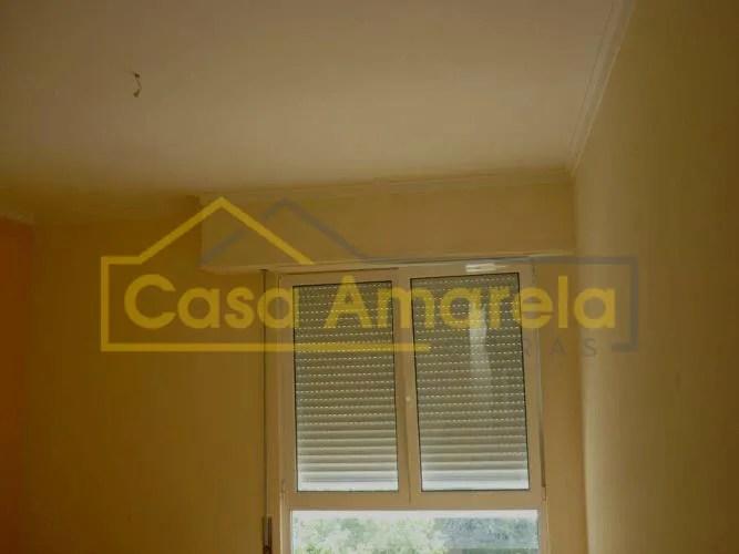 Remodelação de apartamento com pintura de paredes a amarelo.