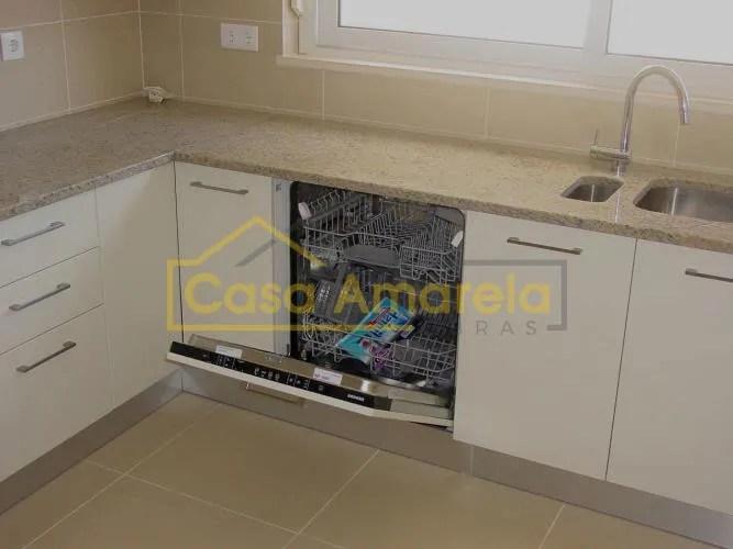 Remodelação de cozinha com móveis lacados a branco.