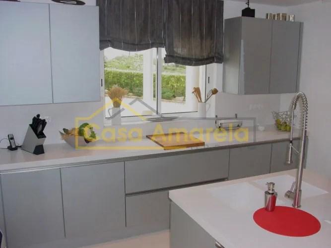 Remodelação de cozinha: móveis termolaminados e tampo em silstone branco.
