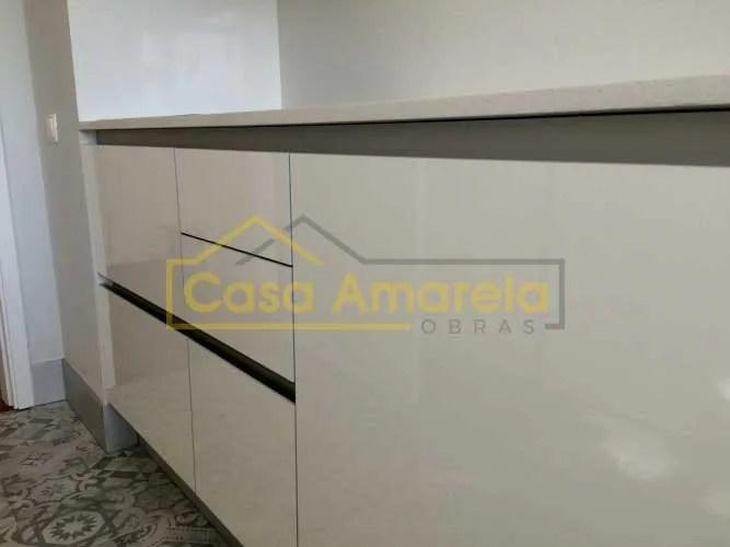 Remodelação de cozinha no Porto com móveis lacado alto brilho