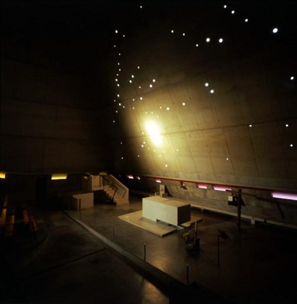 Com a aproximação do pôr do sol, uma luz dourada entra na igreja e atinge a parede do altar, enquanto que um céu azul cai suavemente pelas janelas estelares, uma referência direta à Constelação Orion. Saint-Pierre - Firminy - Le Corbusier - Imagem Henry Plummer